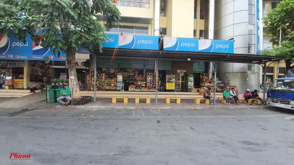 Từ ngoài cổng, có thể thấy sự điều hiu của các cửa hàng tạp hóa trong khu vực bến xe khách lớn nhất Thành phố Hồ Chí Minh