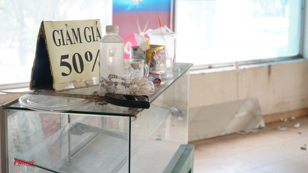 biển giảm giá 50% được các chủ quày bỏ lại khi dọn đi