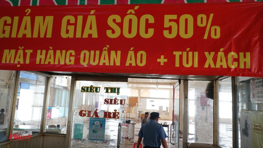 Siêu thị bên trong bến xe Miền Đông đã treo bảng giảm giá 50% cho các mặt hàng quần áo và túi xách