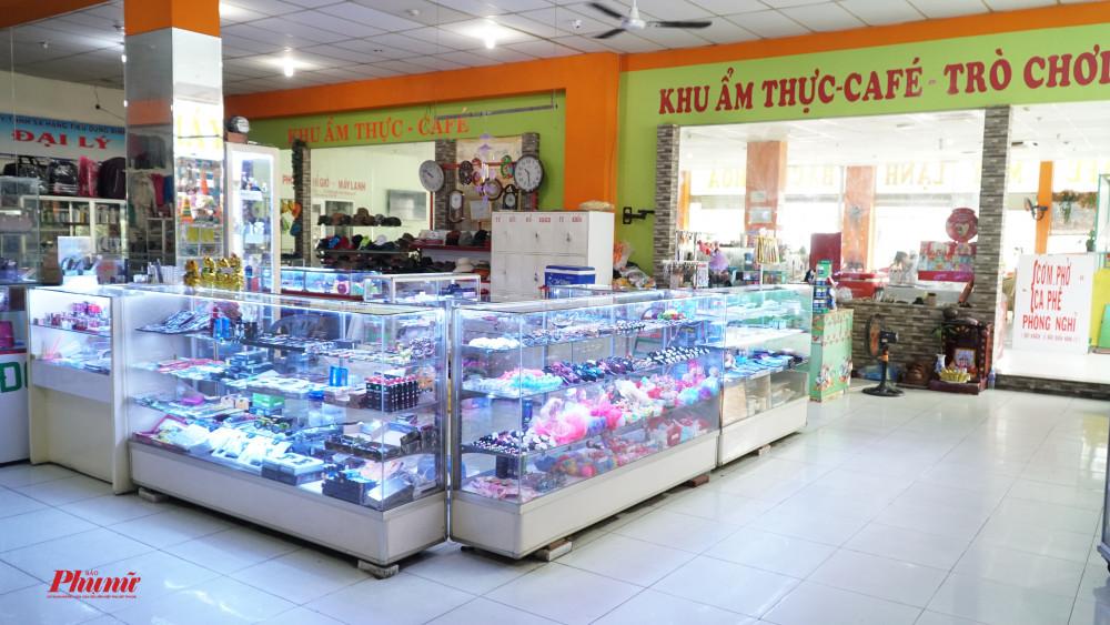 Một khu bán văn hóa phẩm vẫn còn hoạt động. Tuy nhiên, nhiều ngày nay, khu vực này kho có khách đến tham quan mua sắm