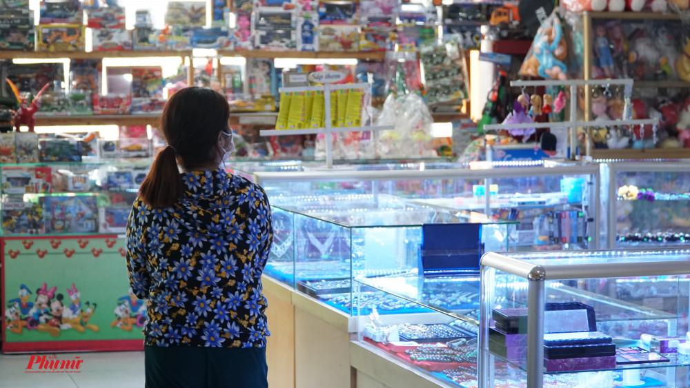 Một hành khách tỏng lúc chờ xe lên tham quan các mặt hàng tại phòng văn hóa phẩm, nhưng sau đó nhanh chóng đi ra