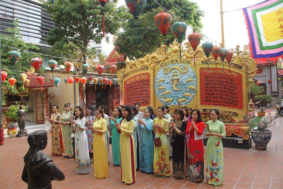 Cứ vào dịp lễ hội, các chị lại duyên dáng trong tà áo truyền thống của dân tộc