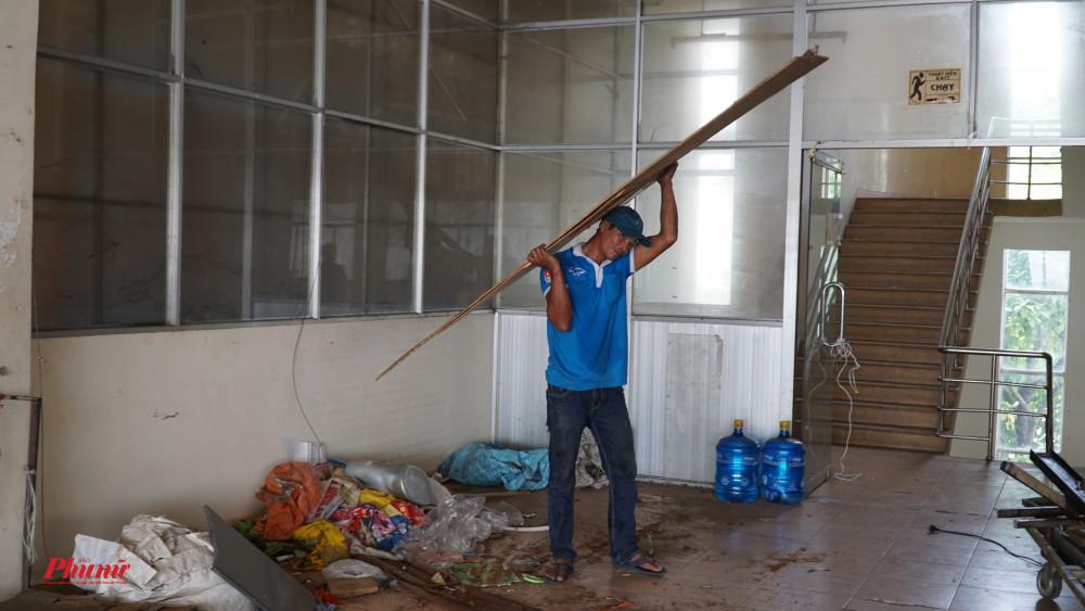 Những người dọn dẹp đang hoàn thành những công đoạn cuố cùng để giao trả mặt bằng