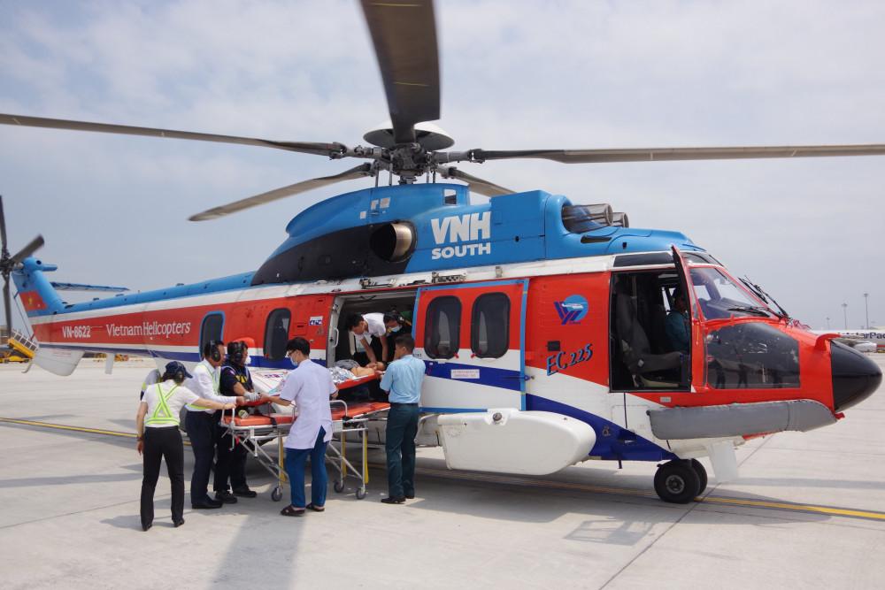 Trực thăng đưa ngư dân vào đất liền tiếp tục điều trị, ảnh Văn Chính.