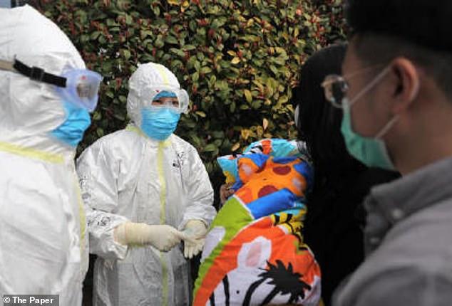 Các y bác sĩ chào tạm biệt trước khi gia đình của Mu'en về quê.