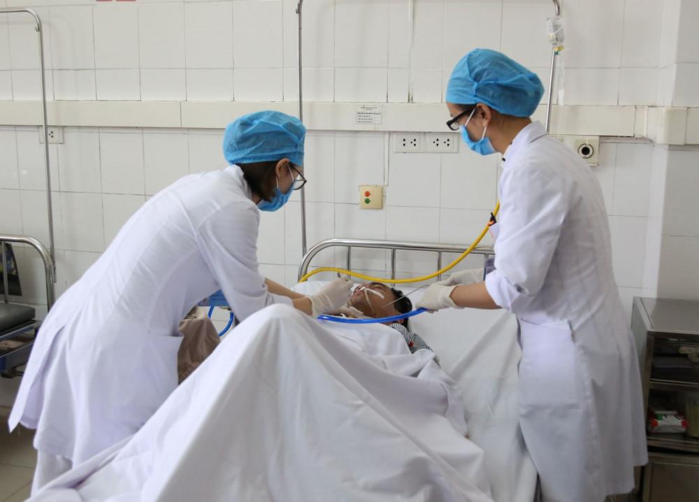 Nhân viên y tế khoa Tai mũi họng cẩn thận vệ sinh vết mổ cho người bệnh.