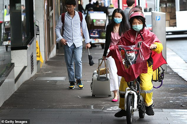 Người dân khu Chinatown tại Sydney cẩn thận đeo khẩu trang khi ra đường.