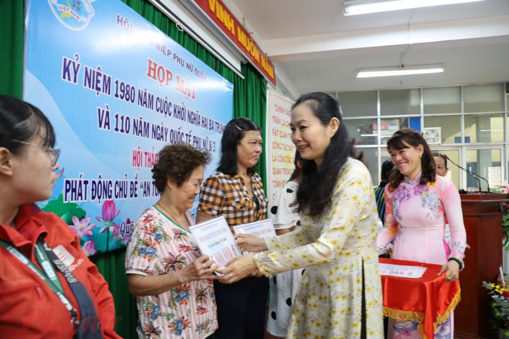 Bà Lâm Thị Ngọc Hoa - Phó Chủ tịch Thường trực Hội LHPN TPHCM trao vốn vay không lãi suất chp phụ nữ phát triển kinh tế gia đình.