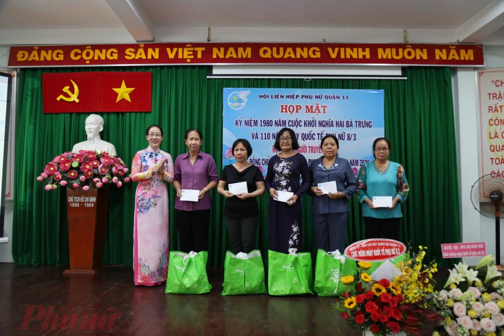 Hội LHPN quận 11 tặng quà cho phụ nữ là đảng viên có hoàn cảnh khó khăn.