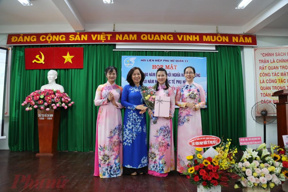 Hội LHPN quận quận 11 nhận được nhiều tình cảm và những bó hoa chúc mừng ngày Quốc tế Phụ nữ 8/3.