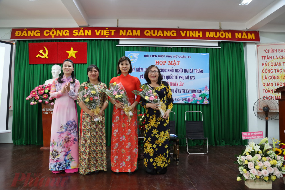 Hội LHPN quận 11 tặng hoa cho các dì, chị cán bộ Hội Phụ nữ - người truyền lửa qua các thời kỳ.