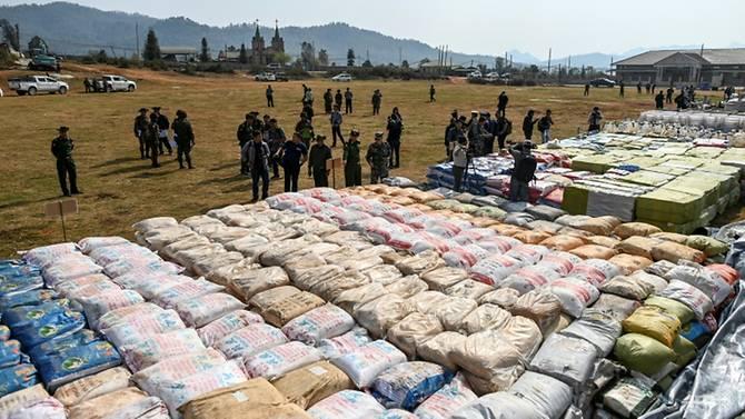 Số ma túy trị giá khoảng 100 triệu USD được xếp thành hàng dài cả trăm mét trên sân bóng.