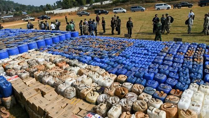Các bao tải heroin và methamphetamine được xếp thành hàng dài hàng ở vùng biên giới xa xôi của Myanmar