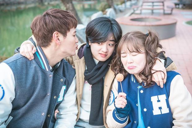 Nếu là một fan cứng của Lee Joo Young bạn sẽ thấy trong phim Tiên nữ cử tạ cô nàng đã được chú ý bởi hình ảnh cá tính. Không chỉ bởi trang phục 'cực men' mà còn bởi kiểu tóc siêu ngắn rẽ ngôi giữa.