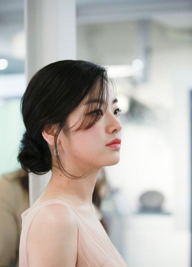Không chỉ để lại dấu ấn với khán giả bằng hình ảnh một cô nàng tomboy cá tính, Lee Joo Young còn từng khiến nhiều xốn xang bởi hình ảnh nữ tính, dịu dàng.