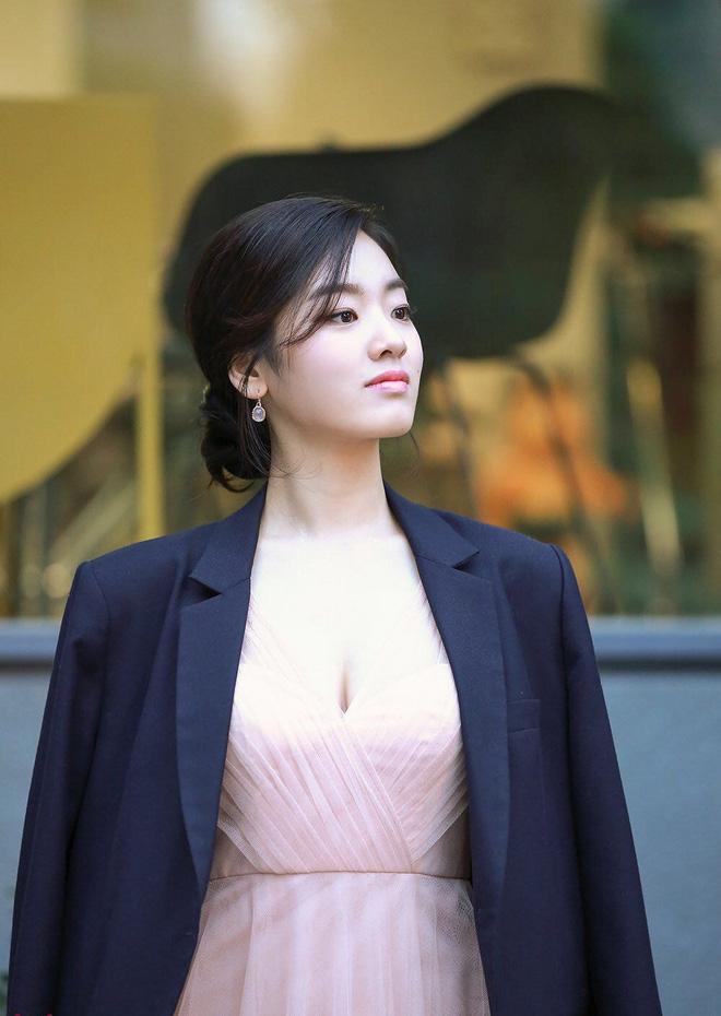 Mái tóc dài đen láy dường như đã giúp nữ diễn viên trở nên nổi bật, gợi cảm.