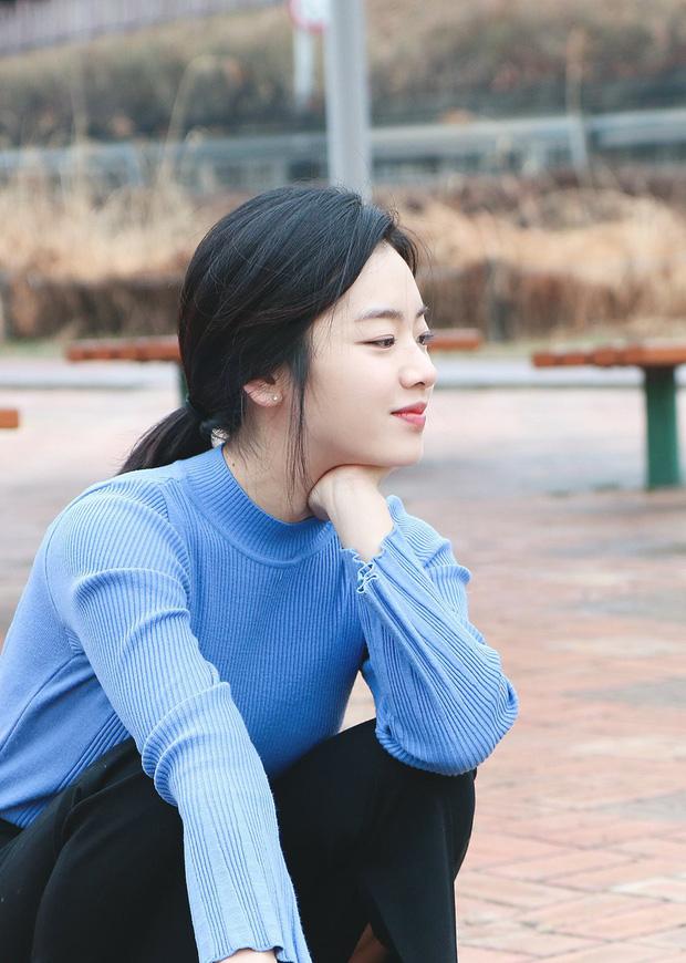Góc nghiêng của Lee Joo Young được xem là lợi thế giúp cô khoe sống mũi cao và những đường nét hoàn hảo trên gương mặt. Mái tóc dài cột gọn gàng đã khoe trọn khuôn mặt cô.