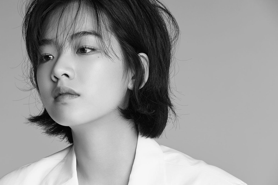 Có vẻ như không đóng khung mình ở bất kỳ kiểu tóc nào, hết tóc dài, tóc ngắn rẽ ngôi Lee Joo Young lại biến hóa với tóc bob. Đây là một trong những kiểu tóc thời thượng được giới trẻ Hàn Quốc cực ưa chuộng.