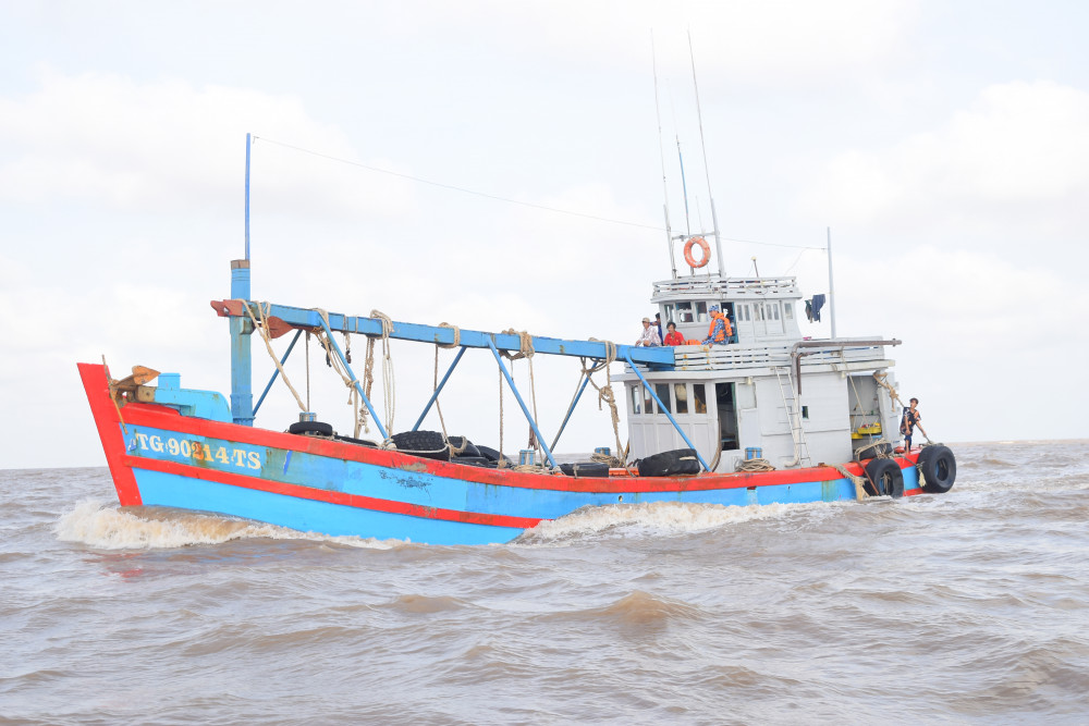 Tổ công tác áp giải tàu vi phạm về đất liền để điều tra, xử lý. Ảnh: Thanh Tuấn.