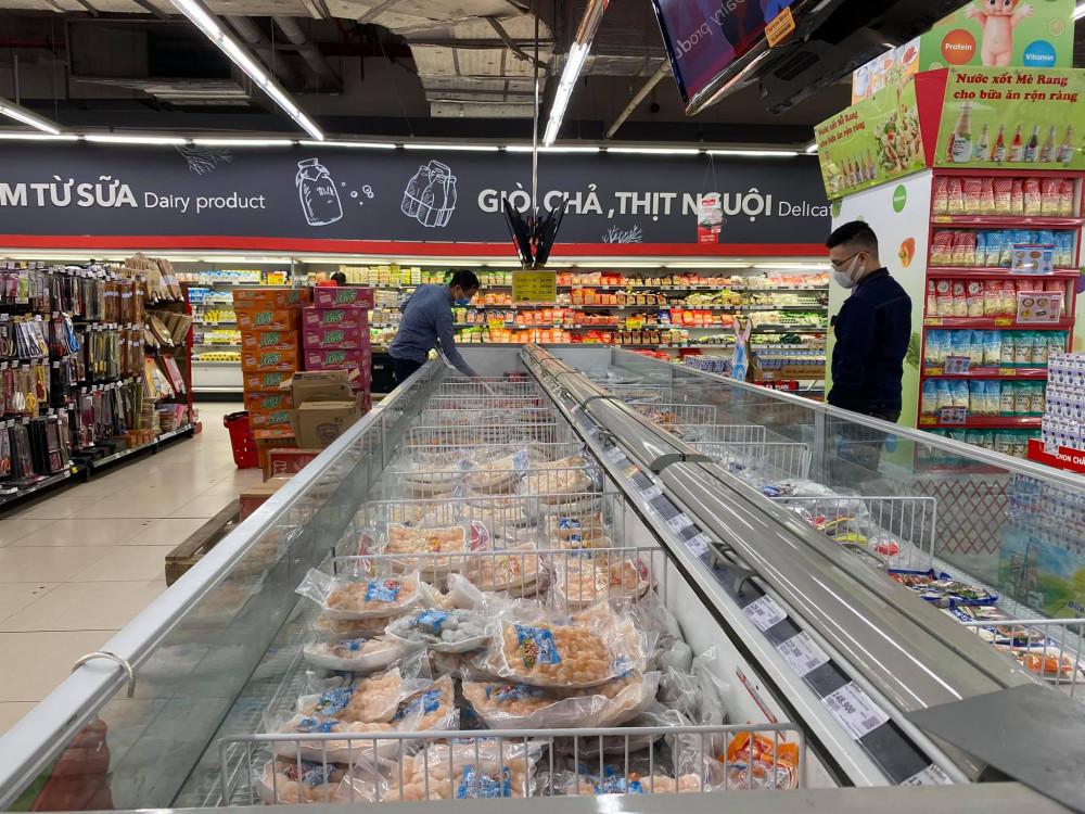 Nhà báo Mỹ Trà (VOV) viết trên trang cá nhân của mình: Nhân lúc vắng, nhân viên siêu thị mang các loại mì tôm, gạo, thịt chất đầy các quầy. Đời phải tươi lên chứ sao cứ phải xoắn - Ảnh: Mỹ Trà