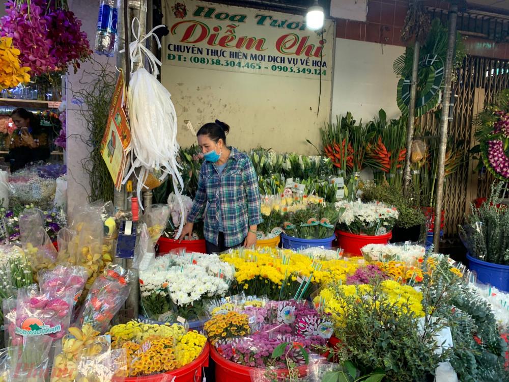 Nhiều cửa hàng hoa tại chợ Hồ Thị Kỷ năm nay không dám nhập hoa về nhiều