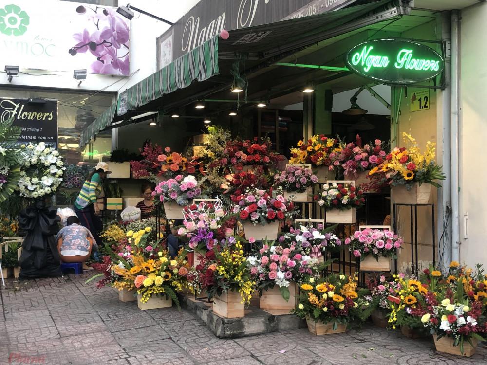 Trong các lẵng hoa 8/3 năm nay phần lớn đều là hoa hồng ngoại vì bông to, đẹp
