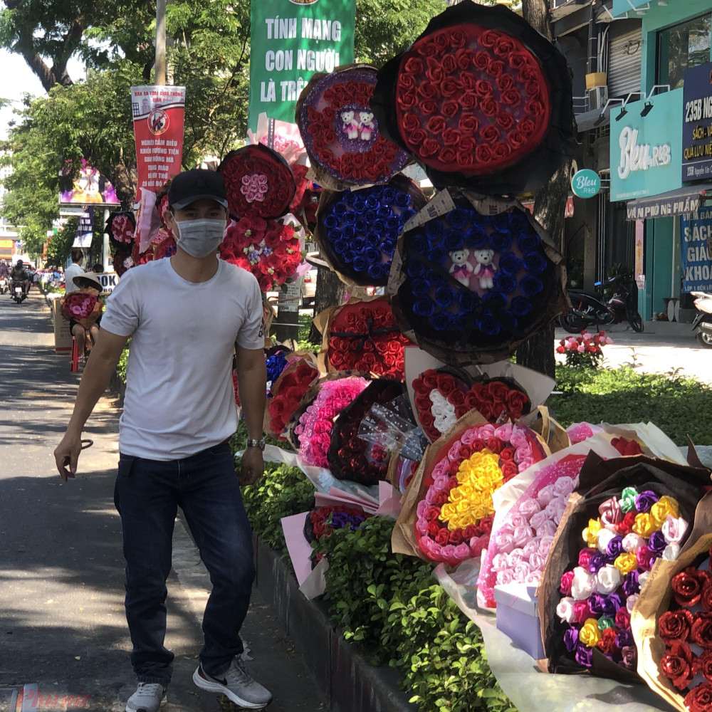 Hoa bán lề đường đa phần đều là hoa giả, để được lâu, không bán được có thể để sang năm