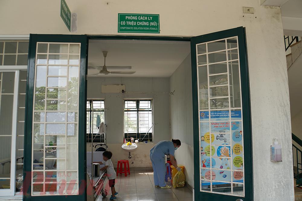 Mặc dù việc dọn dẹp, lau sàng nhà,... là của công nhân vệ sinh, nhưng hộ lý Nguyễn Thị Thanh Nguyên (32 tuổi, làm ở Bệnh viện Quận 2 được 5 năm) vẫn tình nguyện làm thay.