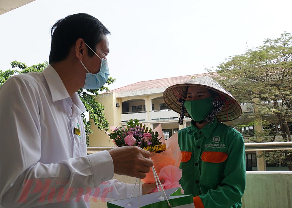 """Rưng rưng xúc động không ngờ mình được tặng hoa. Bác sĩ Trần Văn Khanh, Giám đốc Bệnh viện Quận 2 TPHCM cho biết: """"Trong khu cách ly sẽ có nhiều bất tiện hơn ở bệnh viện, nhưng nhân viên y tế, đặc biệt là phái nữ đến thời điểm này vẫn rất quyết tâm chốt trực. Để động viên tinh thần của chị em, trong ngày quốc tế phụ nữ 8/3, bệnh viện tặng hoa, quà tạo không khí vui tươi trong khu cách ly""""."""