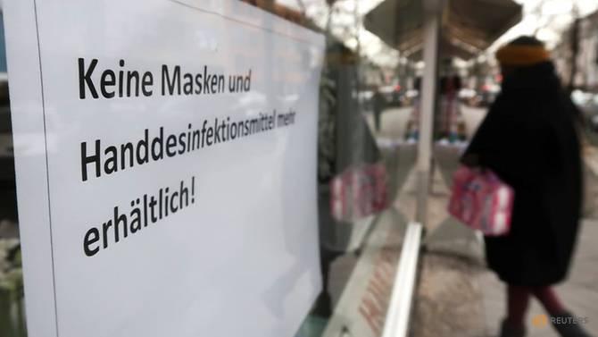Một cửa hàng ở Berlin thông báo hết khẩu trang và nước rửa tay.