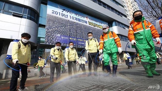 Các quan chức ở Daegu tiếp tục khử trùng chi nhánh của giáo phái Tân Thiên DĐa hôm 6/3.