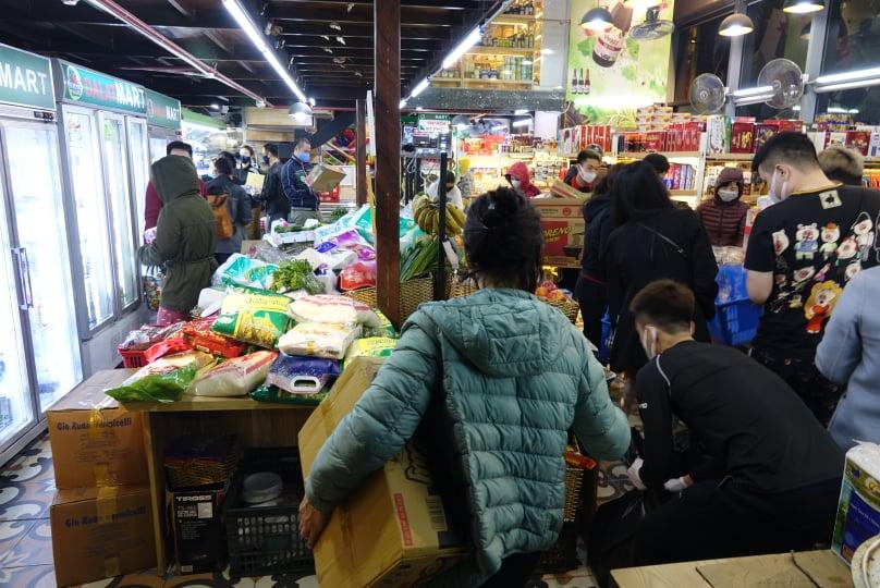 Người dân mua hàng nhu yếu phẩm tăng hơn thường ngày