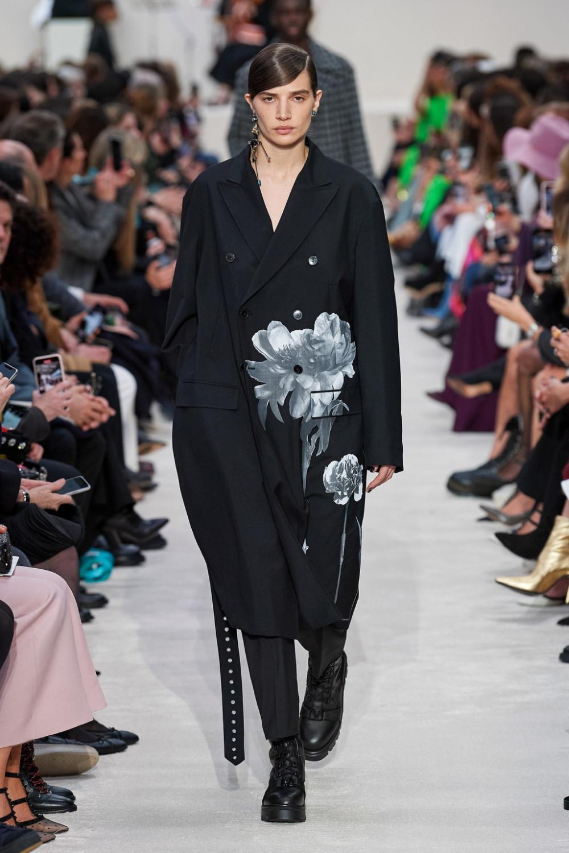 Hình ảnh hoa hồng xuất hiện liên tục trong show diễn của Valentino mới đây từ mẫuáo khoác, váy suông cho đến túi xách gợi nhớ đến cuộc đấu tranh nữ quyền đầu tiên trên thế giới mang tênFlower Power.