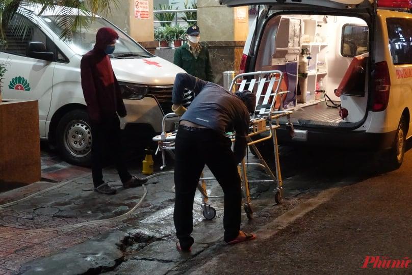 Băng ca, xe cấp cứu và cả bệnh viện Hồng Ngọc đều đã được khử trùng ngay trong đêm