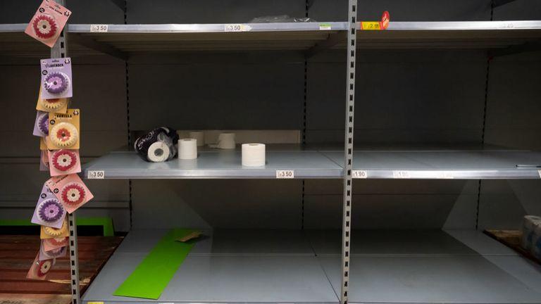Để đối phó với coronavirus, người tiêu dùng mua trữ hàng hóa thiết yếu và họ luôn để mắt đến cuộn giấy vệ sinh