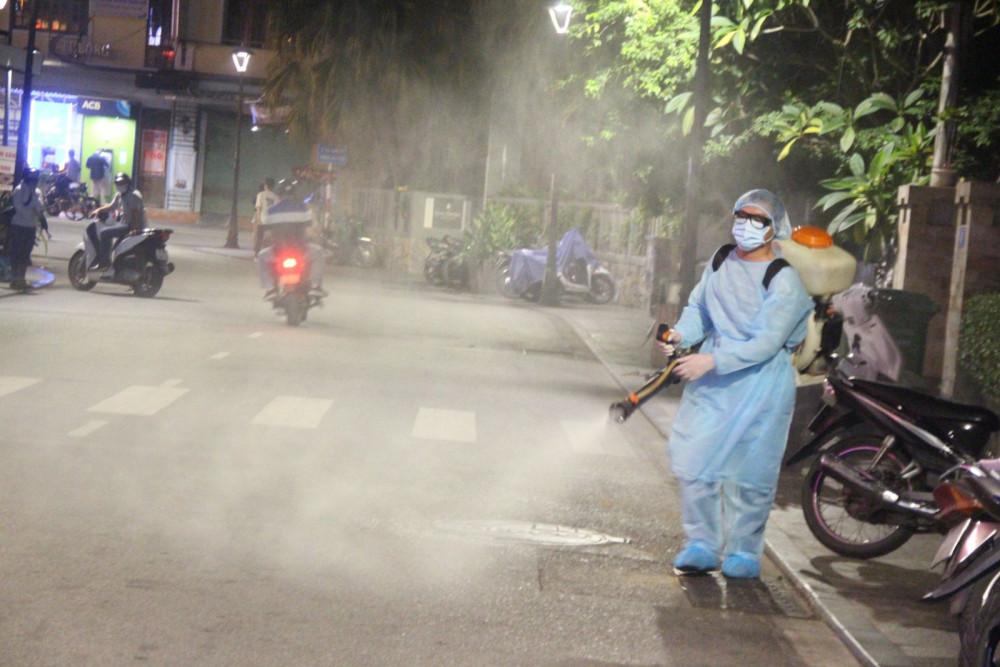 Việc phun thuốc được tiến hành trên 3 tuyến phố đi bộ gồm Phạm Ngũ Lão- Võ Thị Sáu- Chu Văn An TP. Huế nơi có nhiều khách sạn và hàng quán bán đêm