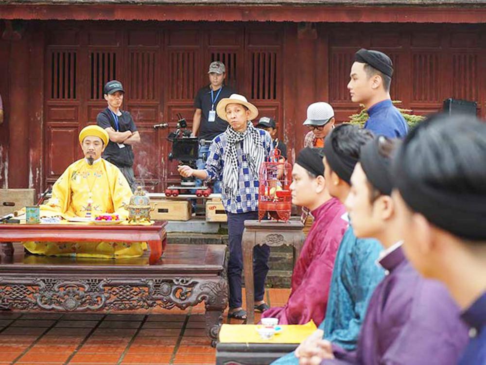 Huỳnh Tuấn Anh (khăn rằn, đội nón) trên phim trường Phượng Khấu