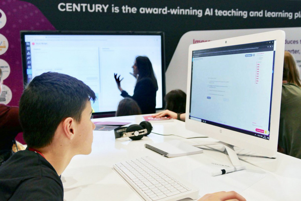 Các học sinh đang thử nghiệm nền tảng Century để theo dõi bài giảng từ giáo viên qua internet