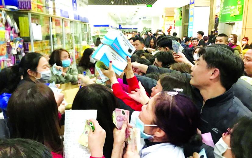 Nhiều người tránh đến chợ, siêu thị... vì ngại chỗ đông người, nhưng sẵn sàng chen lấn để mua được hộp khẩu trang