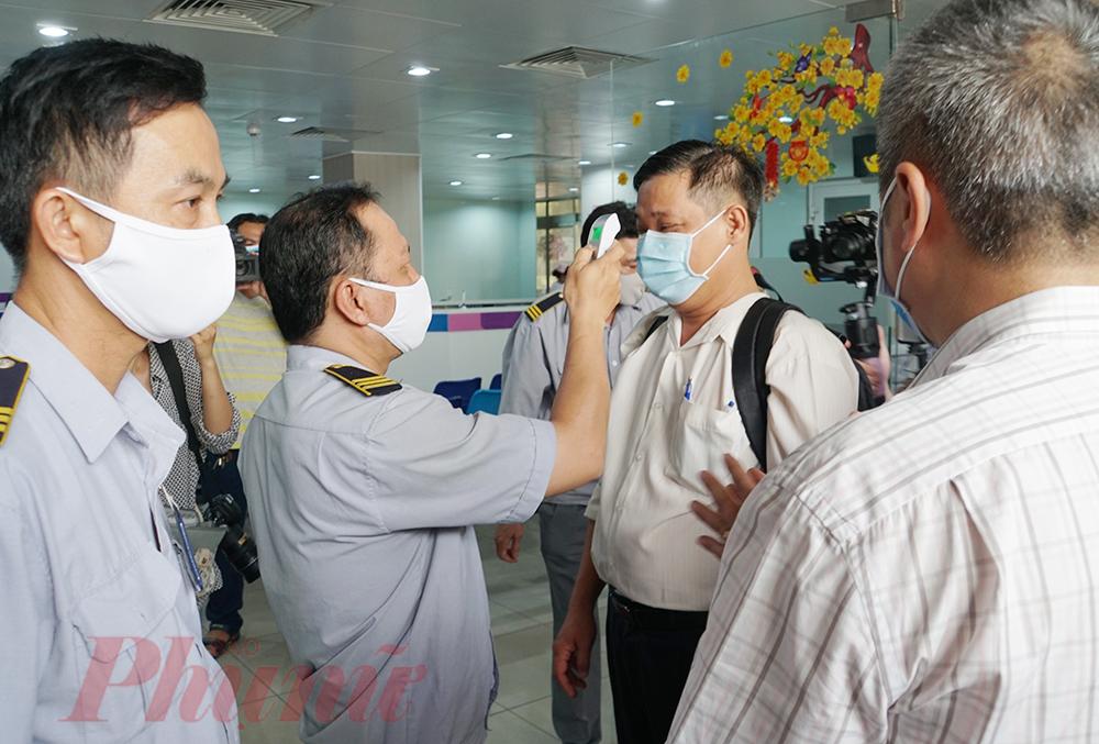 Thứ trưởng Nguyễn Trường Sơn đánh giá cao việc kiểm tra y tế bắt buộc ngay từ cửa vào ở Bệnh viện Đa khoa Vạn Hạnh.