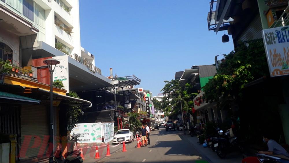 Lực lượng chức năng đang lên phương an đưa 15 người ra khỏi khách sạn Moonlight về cách ly tại  thị trấn Thuận An