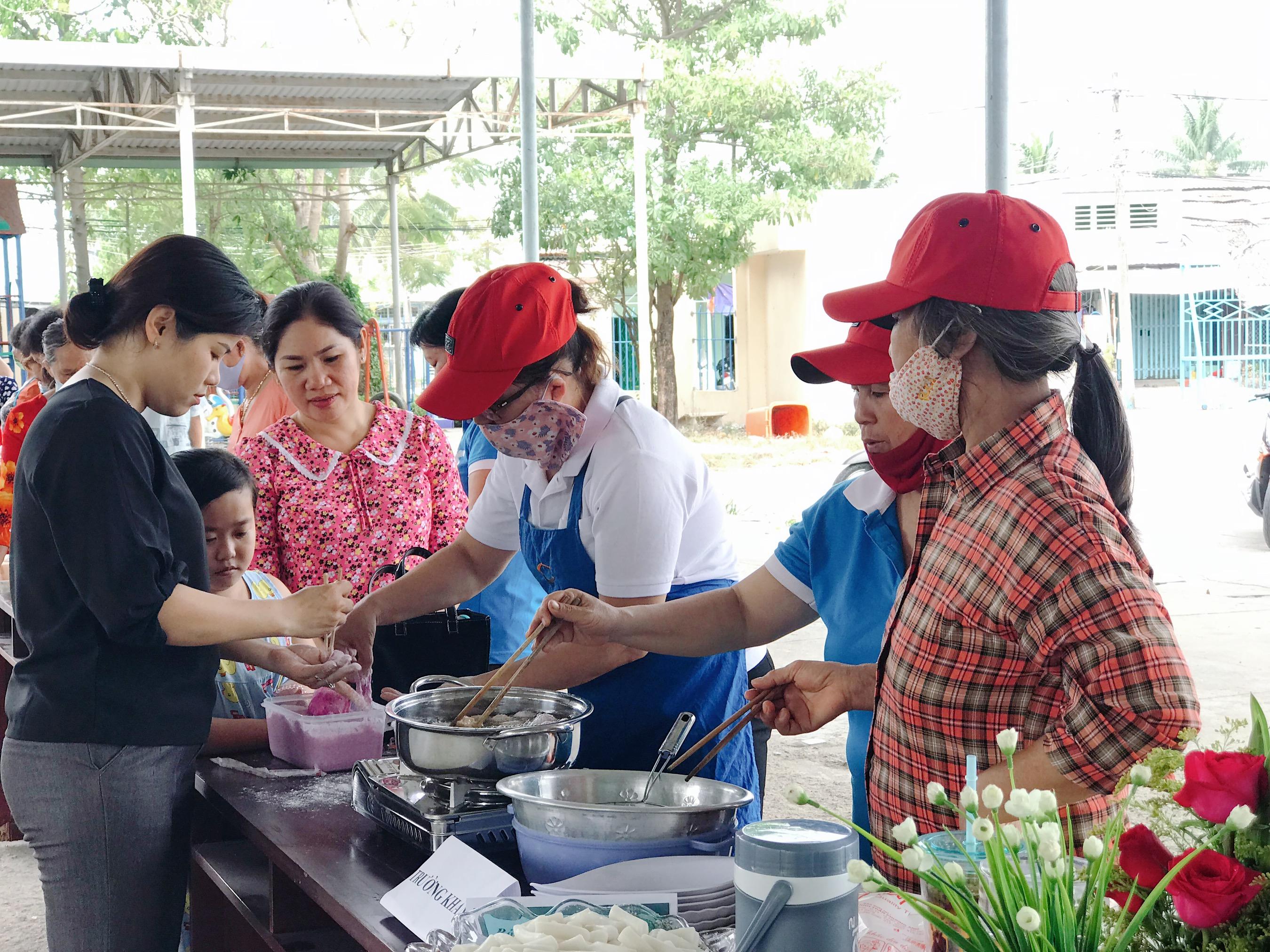 Các dì, các chị cùng vào bếp chế biến những món ăn đạc sắc của các quốc gia Đông Nam Á.