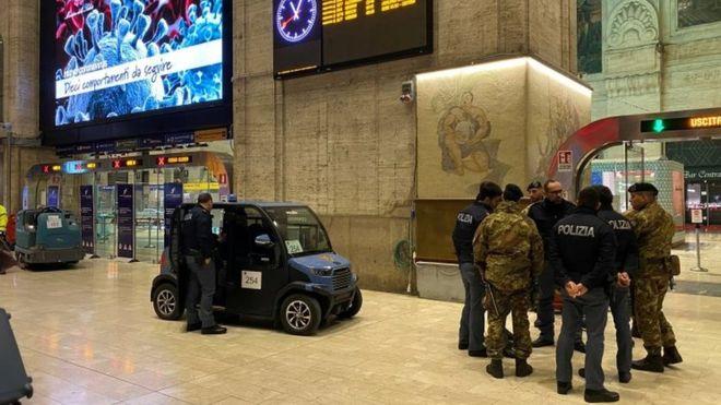 Cảnh sát Milan chuẩn bị phong tỏa thành phố - Ảnh: Reuters
