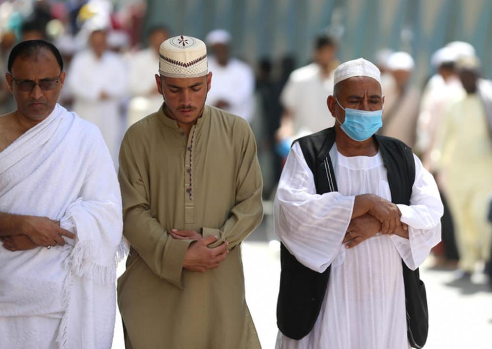 Một người hành hương đeo khẩu trang phòng dịch COVID-19 khi cầu nguyện tại thánh địa Mecca của Ả Rập Xê Út. Ảnh: Reuters