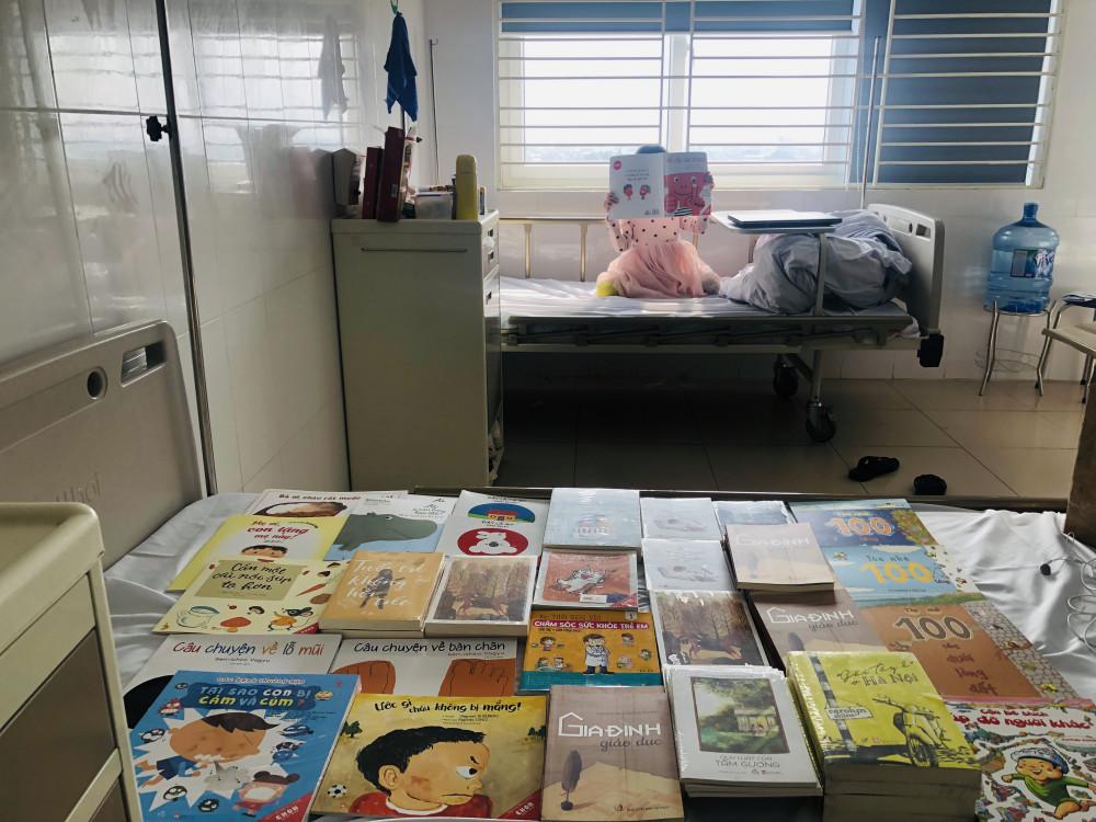 Sách là người đồng hành tuyệt vời trong suốt quá trình cách ly tại bệnh viện (Ảnh Vũ Hoài)