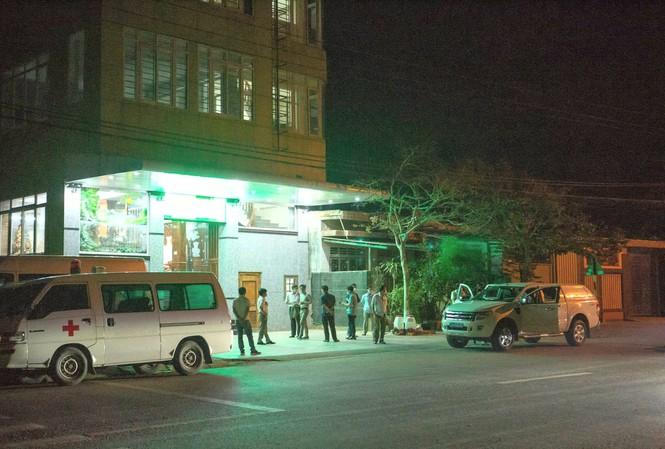Cơ quan chức năng Quảng Trị đưa những người đi trên chuyến bay VN1547 đi cách ly ngay trong đêm
