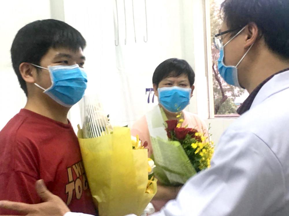 Ông Li Ding (ở giữa) và con trai (bên trái) với bác sĩ Nguyễn Ngọc Sang, BV Chợ Rẫy trong ngày xuất viện 12/2/2020