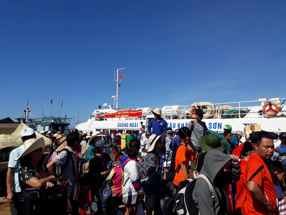 Du khách lên đảo Lý Sơn trong một mùa du lịch