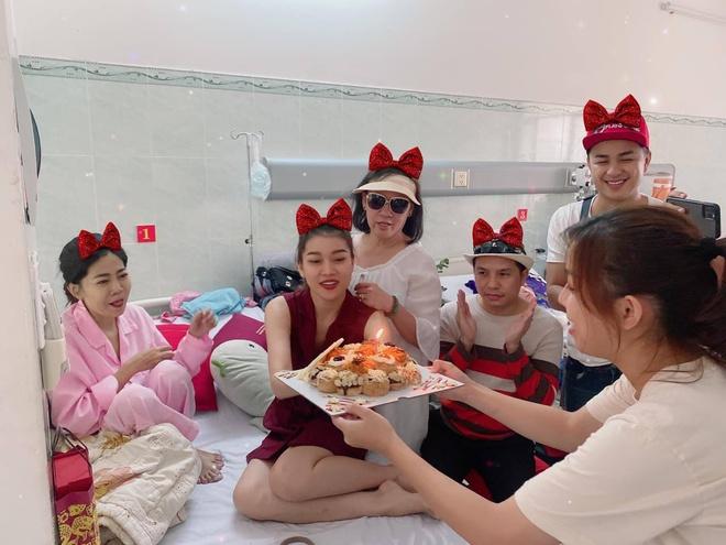 Mai Phương đón sinh nhật trong bệnh viện cùng bạn bè vào tháng 1/2020.