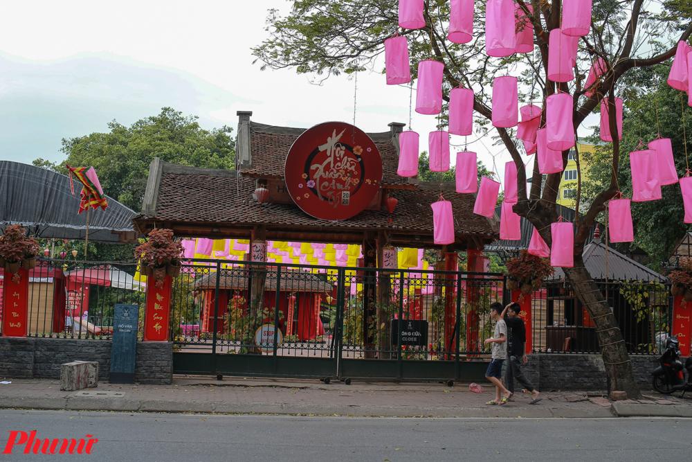 Khu vực Hồ Giám thường tổ chức cho chữ cũng đã đóng cửa từ trước đó.